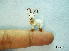 Aquí está una linda cabra salvaje en blanco.    Él viene en posición de pie y está hecho a ganchillo por hilos de bordado, sus ojos son plásticos tubular