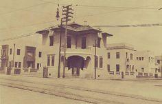 Perímetro da Praça da Saudade, mostrando os bangalôs projetados e construídos pelo professor Coriolano Durand, na gestão municipal do tenente Emanuel de Moraes (1931/1932). A fotografia é um cartão Postal da década de 1930. Fonte: Manaus Sorriso.