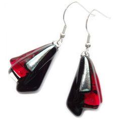 Lange rode oorbellen met zwart en zilver accenten. Handgemaakt van speciaal glas!