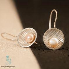 Ohrhänger aus strukturiertem 925er SIlber mit lachsfarbener Perle