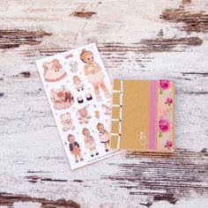 Detalle para tus pequeñas invitadas! Stickers vintage y una delicada libreta para que pegen los sticker allí. #juguete #detalle @niñas @Pamela Skinner @cumpleaños