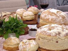 Pão italiano caseiro   Farinha de trigo, 100 g  Fermento para pão, 2 tabletes (30 g)   Água morna, 1 xícara   Ovos, 2  unidades   Margarina, 2 colheres (sopa)  Leite, 1 xícara    Sal, ½ colher (chá)   Açúcar, 1 colher (sopa)  Farinha de trigo, 1 kg
