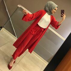 Görüntünün olası içeriği: 1 kişi, iç mekan – Best Of Likes Share Modern Hijab Fashion, Muslim Fashion, Modest Fashion, Fashion Dresses, Hijab Style, Hijab Chic, Stylish Outfits, Business Casual Outfits, Dress Outfits
