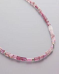 Attraktives Turmalin-Collier von Sogni d´oro - Die rosafarbenen Edelsteine sind Turmaline, die in Brasilien geborgen wurden. Die aufgefädelten Steine sind facettiert, sodass einfallendes Licht umgehend in ein angenehmes Funkeln verwandelt werden kann.  Die Turmaline sind nicht nur optische Augenweiden. Auch ihr Wert überzeugt: Zusammen bieten die Steine ein Gewicht von über 15 Karat. #schmuck #sognidoro #sogni #doro #kette #necklace #turmalin #tourmaline