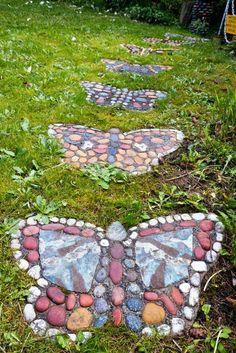 allées de jardin, des papillons en pierres colorées