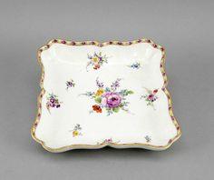 Viereckige Schale, Meissen, Marke 1740-1780, 1. W., passig geschweifter Rand, polychrome Blumenmaler — Porzellan