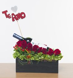 US$ 50,40. Rosas y una botella de vino. Cómpralo haciendo click en la foto o búscalo como ML127 en www.jymflowers.com