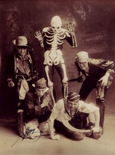 Old photos of creepy, spooky, & often funny vintage halloween costumes caught in history. Photo Halloween, Vintage Halloween Photos, Creepy Halloween, Halloween Pictures, Halloween Outfits, Holidays Halloween, Happy Halloween, Halloween Costumes, Creepy Costumes