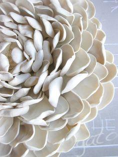 Con ogni petalo pressato a mano e attaccato ad una base robusta, questo bel fiore si trova solo nella vostra collezione di arte. Ogni fiore ha due fori ad angolari nella parte posteriore per lattaccatura di sicuro. Ogni fiore è unico e fatto solo per te, non due sono esattamente uguali