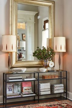 Oversized Mirror in narrow entry hallway .Stylist Natalie Nassar's Atlanta home has a narrow entry that she's outfitted with a narrow entry console and an oversized mirror Home Interior, Decor Interior Design, Interior Decorating, Design Entrée, House Design, Design Table, Floral Design, Cheap Home Decor, Diy Home Decor