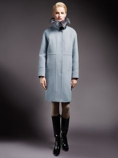 Трендовое зимнее пальто прямого силуэта, выполненное из мягкой ворсовой ткани изысканного светло-голубого оттенка. Модель имеет карманы прорезные листочки и потайную застежку на пришивные кнопки. Воротник-стойка, отделанная мехом искусственного енота, застегивается на элегантную пряжку из эко-кожи. Модель произведена с мембраной Raft Pro и утеплителем Thermore. Незаменимая вещь для энергичных и успешных женщин, разбирающихся в модных тенденциях., арт. 1015422p60250, состав: Основная тка...
