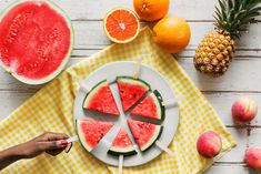 Eat Your Water. When you eat hydrating fruits and vegetables like grapefruit watermelon or cucumber the water penetrates and plumps up cells better than drinking water. Let's aim for three daily servings of fruit and five of veggies. Watermelon Tequila, Watermelon Pizza, Watermelon Slices, Lose Water Weight, How To Lose Weight Fast, Healthy Snacks, Healthy Recipes, Diet Recipes, Healthy Habits