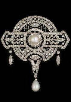 A beautiful Belle Epoque / Edwardian platinum ajour, diamond and pearl pendant/brooch by Le Saché. Makers mark: LS