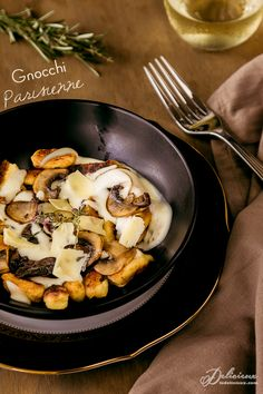 Gnocchi Parisienne recipe - choux pastry gnocchi topped with a cheesy mornay sauce and mushrooms | via ledelicieux.com