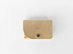 Cartera-billetera realizada en piel de vaqueta color natural.