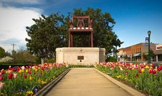 The Big Chair in Thomasville is an ode to the city's furniture-making heritage and has been a popular tourist attraction for decades. Road Trip Usa, Usa Roadtrip, North Carolina Attractions, Wild Horses Running, Visit Nc, Vacation Destinations, Vacations