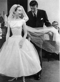 Hubert de Givenchy and Audrey Hepburn photographed during a dress fitting for the quintessential wedding gown Audrey wore in Funny Face, 1956 Audrey Hepburn Outfit, Boda Audrey Hepburn, Audrey Hepburn Funny Face, Audrey Hepburn Wedding Dress, Audrey Hepburn Givenchy, Wedding Dresses 2018, White Wedding Dresses, 50s Wedding, Movie Wedding