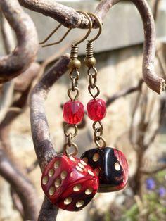 """Boucles d'oreille """"Rosenrot"""" avec dés à jouer 6 faces rouge/noir et perles de Bohème couleur siam clair : Boucles d'oreille par acherontia"""