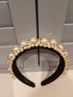 A luxe velvet headband is topped with pearls attached with fabulous gold beads. Jeweled Headband, Rhinestone Headband, Pearl Headband, Diy Headband, Headbands, Headband Hairstyles, Diy Hairstyles, Hair Comb Clips, Motifs Perler