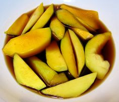 GLENN'S FAVORITE SHOYU MANGO There are pickled mango lovers, there are shoyu mango lovers and for our household, we just plain and simple love mangoes. This is my husband's favorite. Salty, spicy and hot ! Mango Recipes, Asian Recipes, Easy Recipes, Hawaiian Desserts, Hawaiian Recipes, Infused Water Detox, Pickled Mango, Island Food, Big Island