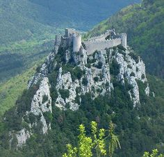 The Château de Puilaurens (Occitan: lo Castèl de Puèg-Laurenç) is one of the Cathar Castles of the Languedoc in what is now the South of France. It is located in the commune of Lapradelle-Puilaurens in the Aude département. Beautiful Castles, Beautiful Buildings, Beautiful Places, Castle Ruins, Medieval Castle, Places To Travel, Places To See, Chateau Moyen Age, Photo Chateau
