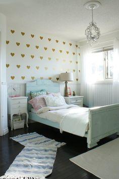 Romántico dormitorio infantil decorado con corazones