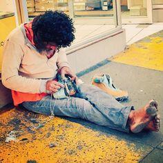 La calles es dura, muy dura. Este hombre lleva toda su vida en las calles, lo veía desde niño, hoy lo encontré de nuevo haciéndose unos zapatos con partes de otros. Al oriente de Guadalajara