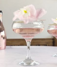 Valentines Day Champagne and Gin, Candy Floss Cocktail , a romantic pink cotton candy cocktail perfect for wedding reception drinks and wedding showers #pinkcocktails #bridalshower #extraordinarychaos Gin And Prosecco Cocktail, Pink Gin Cocktails, Pink Prosecco, Frozen Cocktails, Cocktails To Make At Home, Easy Summer Cocktails, Pina Colada, Candy Floss, Cotton Candy