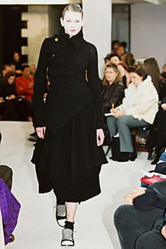 See the complete Comme des Garçons Fall 2002 Ready-to-Wear collection.