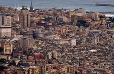Abbiamo approfittato di una giornata con buona visibilità per realizzare alcune immagini particolari della città vista da un punto di osservazione non abituale. Di solito una città si guarda dal basso, Genova poi si ammira dal mare nel suo suggestivo sviluppo dal basso verso le