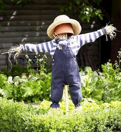 Scarecrows for Garden Ideas How To Make A Scarecrow For Your Garden Scarecrows for Garden Ideas. Design Patio, Garden Design, Make A Scarecrow, Scarecrow Ideas, Scarecrows For Garden, Fall Scarecrows, Sensory Garden, Diy Garden Projects, Garden Crafts