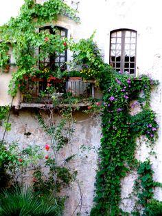 Le balcon fleuri du village de Moustiers-Sainte-Marie
