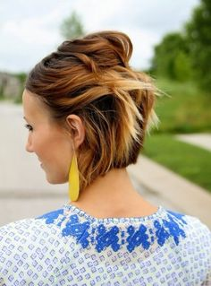 Semiraccolto gonfio e semplice per capelli corti