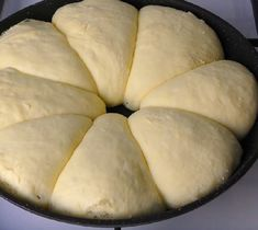 Domácí pečivo teď v době pandemie hraje prim. Hospodyňky se doma předhánějí v tom, jak krásný kváskový chleba a úžasně zapletené houstičky Menu, Bread, Food, Menu Board Design, Brot, Essen, Baking, Meals, Breads