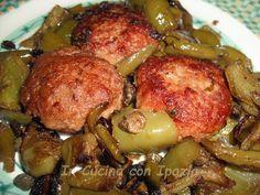 Le schiacciatine di carne con peperoni sono un secondo gustoso e delizioso! Le schiacciatine e i peperoni sono impregnati scambievolmente dei loro sapori.