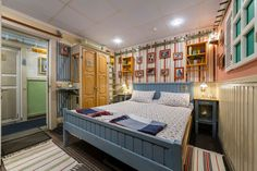 Airbnb Guesthouse in Sankt-Peterburg, Russia.   Please be informed that for technical reasons we accept booking only from the Russian Federation and CIS citizens. No visa support, No temporary registration. Sorry for the inconvenience.  УЮТНЫЙ СВЕТЛЫЙ НОМЕР С ДУШЕМ И ТУАЛЕТОМ!  Рады предложить ...