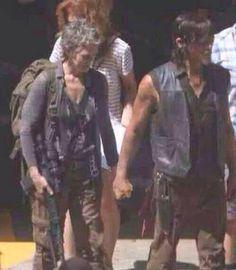 Season Five leaked photo on set. Carol and Daryl holding hands. Walking Dead Funny, Walking Dead Season, Fear The Walking Dead, Judith Grimes, Rick Grimes, Daryl And Carol, Dead King, Melissa Mcbride, Daryl Dixon