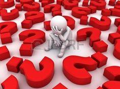 sofferenza: Sottolineato 3D uomo seduto tra i punti interrogativi rossi su sfondo bianco, concetto Troppi problemi Archivio Fotografico