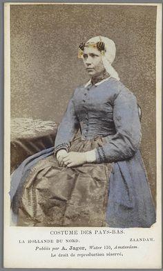 Vrouw in Zaanlandse streekdracht Costumes des Pays-Bas. - La Hollande du Nord - Zaandam. fotograaf: Jager, A. 1875-1885 #NoordHolland #Zaanstreek