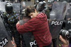 Colombian student hug riot police | Photo: William Fernando Martinez/AP