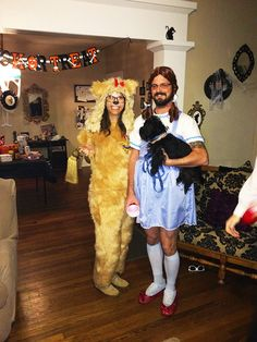 These two sure win on how to have the pefect Halloween costume theme that includes the dog with these Wizard of Oz costumes! Duo Costumes, Themed Halloween Costumes, Hallowen Costume, Couple Halloween Costumes For Adults, Halloween Costume Contest, Family Costumes, Couple Costumes, Costume Ideas, Halloween Couples
