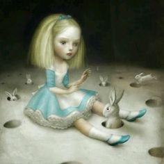 historia es de sobra conocida: en julio de 1862 el matemático y escritor Charles Lutwidge Dodgson y el reverendo Robinson Duckworth dan un paseo en barca con tres niñas, las hijas del rector de la Universidad de Oxford, las hermanas Liddell, Lorina, Alice y Edith. Dodgson comienza entonces una increíble historia sobre una aburrida niña con ganas de aventuras y un conejo blanco. La historia gustó tanto a sus jóvenes oyentes que decidió extenderla, escribirla e incluso ilustrarla. En 1863…