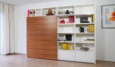 XL-Container boekenkast met romp en lades in witte kleurcoating, schuifdeur in zebrano blank gelakt.