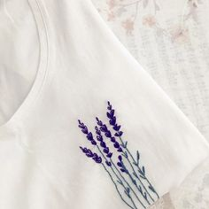 20 идей ручной вышивки на футболке, которые вам захочется повторить Diy Embroidery Shirt, Basic Embroidery Stitches, Embroidery On Clothes, Embroidery Flowers Pattern, Embroidered Clothes, Hand Embroidery Patterns, Embroidery Fashion, Crewel Embroidery, Simple Embroidery Designs