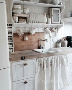 27 Country Cottage Style Kitchen Decor Ideas to help you w .- 27 Country Cottage Style Kitchen Decor Ideas to make you fall in love with your kitchen again Source by dekorationtrend - Kitchen Sink Decor, Shabby Chic Kitchen Decor, Best Kitchen Cabinets, Shabby Chic Homes, Kitchen Styling, Vintage Kitchen, Kitchen Ideas, Kitchen Benches, How To Shabby Chic Kitchen Cabinets