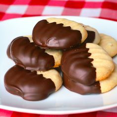 These Melting Moments truly are the lightest, most delicious, melt in your mouth, shortbread cookies. Wonderful dipped in chocolate & freeze well too. Cookie Desserts, Just Desserts, Cookie Recipes, Delicious Desserts, Dessert Recipes, No Bake Cookies, Cookies Et Biscuits, Yummy Cookies, Cake Cookies