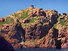 Corsica - Tours Génoises -  Osani - Tour de Gargalu Comme son nom l'indique, la tour génoise de Gargali (Gargalu) se dresse à 129 m d'altitude, au sommet de l'île de Gargali, qui est la partie extrême occidentale de la Corse. Construite en 1610, elle était investie jusqu'à la moitié du xixe siècle. Cette tour a été restaurée.