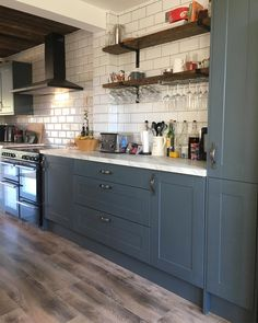 Howdens - For our 100 Beautiful Kitchens competition, we asked builders to share photos of a Howdens kitchen - Kitchen Cupboard Colours, Grey Kitchen Cupboards, Grey Kitchen Floor, Kitchen Cupboard Designs, New Kitchen, Grey Kitchen Diner, Kitchen Shelves, Kitchen Layout, Howdens Kitchens