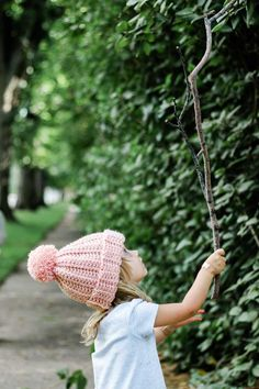 Super beginner-friendly ribbed crochet beanie with a pom pom on a child playing outside. Free pattern and tutorial. Crochet Beanie Hat Free Pattern, Easy Crochet Hat Patterns, Slouchy Beanie Pattern, Crochet Stitches, Crochet For Boys, Crochet Baby Hats, Ribbed Crochet, Free Crochet, Crochet For Beginners