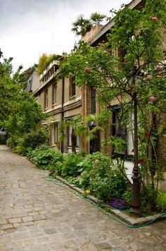 Paris 15e - Cour intérieure de la rue du Commerce - Village de Grenelle .